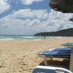 пляж напротив отеля)