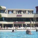 Poolbereich mit Strandbar