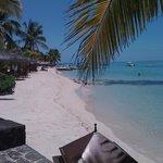La plage de sable blanc et eau turquoise transparente