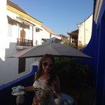 Paola Olsen desayunando en la terraza de la habitacion suite