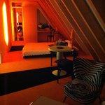 großes Zimmer mit Kochnische, kleinem Bad und Balkon im orangen Stockwerk