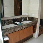 حمام نظيف وواسع