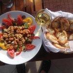 Heerlijk vers en gezond eten met een goed glas wijn.
