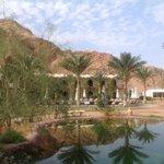 Zicht vanaf het restaurant op het rechter deel van het hotel met de Bedouinete