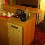 tavolo con macchina per caffè espresso
