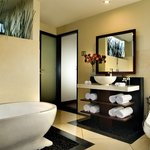 Seri Villa en suite bathroom