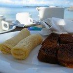 アフタヌーンティーの時間に無料で提供されるお菓子とお茶