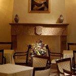 Particolari della sala colazione: un suggestivo caminetto in marmo