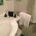 bagno grande e ben accessoriato