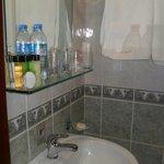Notre salle de bains avec produits de toilette offerts.
