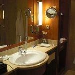 Waschbecken mit grossem Spiegel