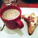 crema di champignon con crostini con formaggio e pancetta