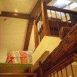 白い壁とこげ茶の梁のコントラストと天窓がかわいいロフト