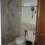 un baño super limpio y cómodo