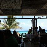 Comedor con vista al mar, azul hermoso