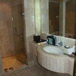 Bad mit Dusche und Eckbadewanne