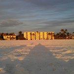 Blick aufs Hotel vom Strand aus