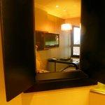 fenêtre communicante de la SDB à la chambre (se ferme pour plus d'intimité)