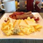 El desayuno muy bueno, solo el primer día