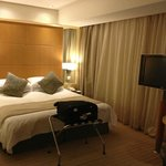 Queen-size bed (Super Room 20th floor)