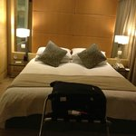 Queen-size bed (Super Room 20th floor)