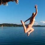 saltar en agua cristalinas