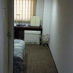 空気清浄器とエアコン 台(机)の上が空気清浄器、床にあるのがエアコン。