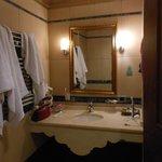 salle de bain avec baignoire (douche)