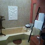 vasca e di fianco( non si vede) doccia spaziosa