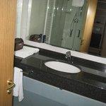 bagno e vista di riflesso della cassaforte armadio ingresso