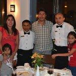 Mi familia junto a Hipólito y Roberto en el restorant Albatroz