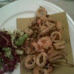 fritto misto di pesce fresco triglie gamberi calamari