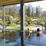 Hallenbad mit Panoramablick im Hotel Traube Braz