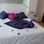 Arreglo de mucama sobre cama