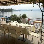 restraunt overlooking lake