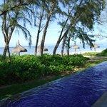 vue depuis la piscine sur la plage