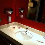 La salle de bain avec le savon liquide...
