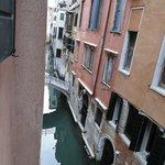 hermosa vista del pequeño canal desde nuestra ventana