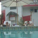 descansando en la zona de la piscina