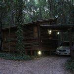 Vista frente cabaña de troncos