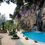 vista della piscina con cascata d'acqua naturale