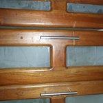 vieux tiroirs de cuisine, vitres brisées