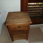 vieille table de chevet et vernis enlevé dans la chambre des