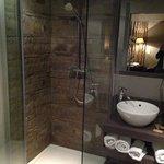 De douche van de luxekamer