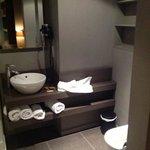 De badkamer van de luxekamer