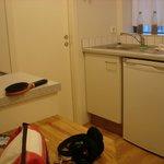 kitchenette et porte salle de bain