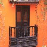 Chambre avec balcon donnant sur patio