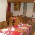 Une petite salle de resto typiquement savoyarde! trés jolie!