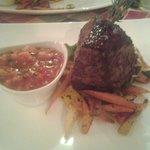 Steak mit frischem Gemüse und Tomatensalsa