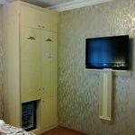 Kleiderschrank (Safe innen) und Fernseher